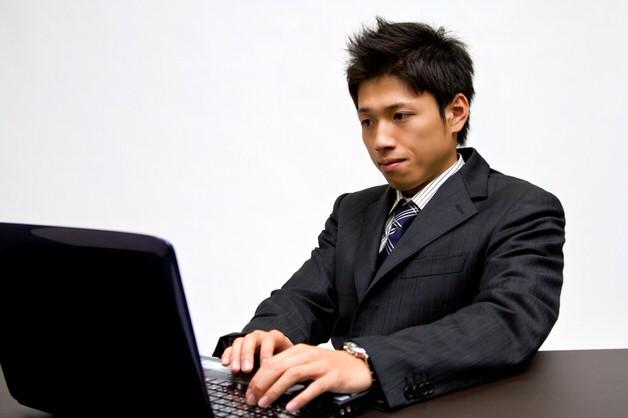 骨盤後傾で仕事する男性
